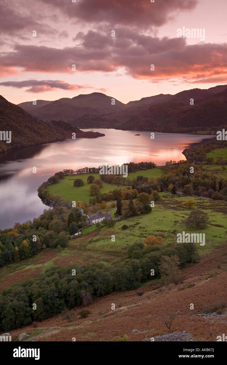 Pôr do sol sobre o lago Ullswater, District, Cumbria, Inglaterra Imagens de Stock