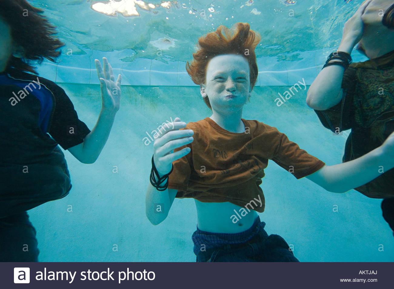Os meninos nadar debaixo de água Imagens de Stock