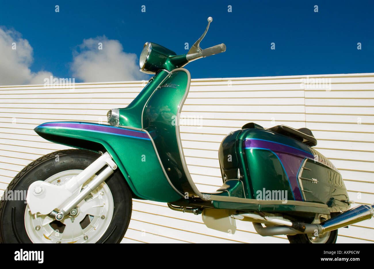 1960 retro vintage mod Lambretta Vespa motor moto scooter roqueiros RAC chrome sob céu azul turquesa verde Imagens de Stock