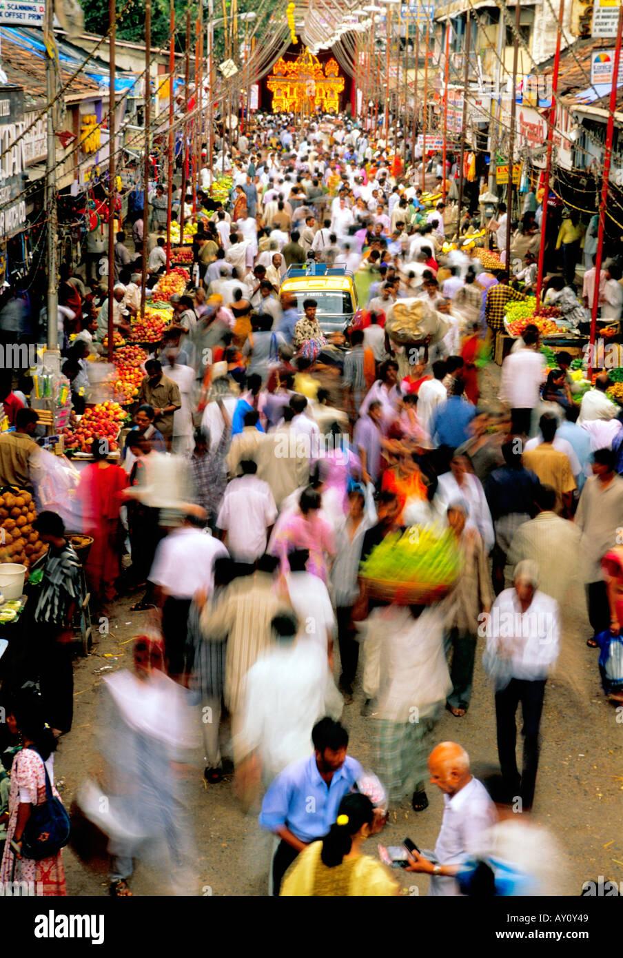 O inimaginável buzz de dadar west street mercado mumbai seething com multidões de compradores e vendedores. Imagens de Stock