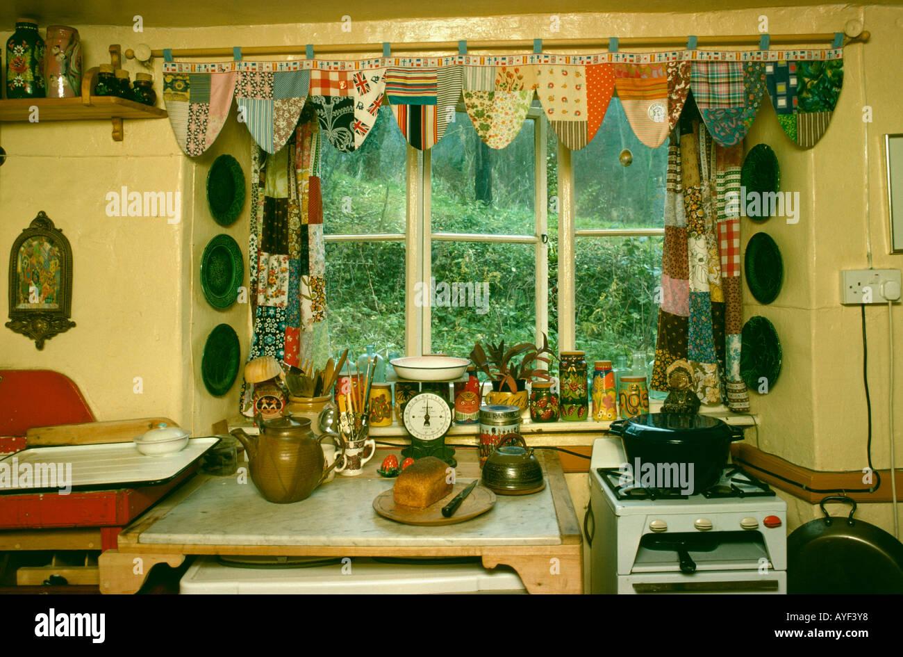 Close Up De Setenta Janela Cozinha Com Patchwork Cortinas E Bunting