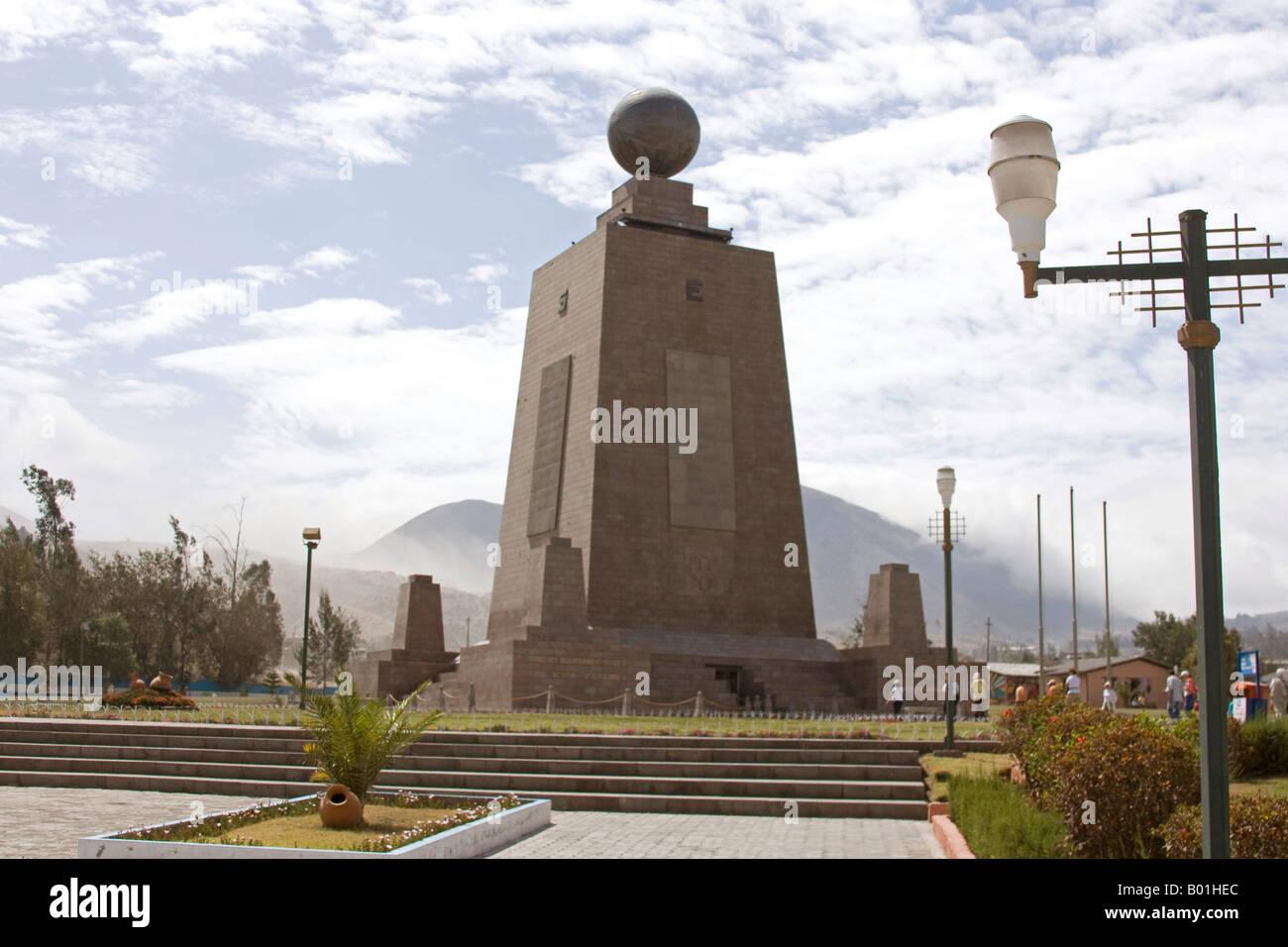 Marco, monumento la mitad del Mundo, Equador, linha de marcação o ...