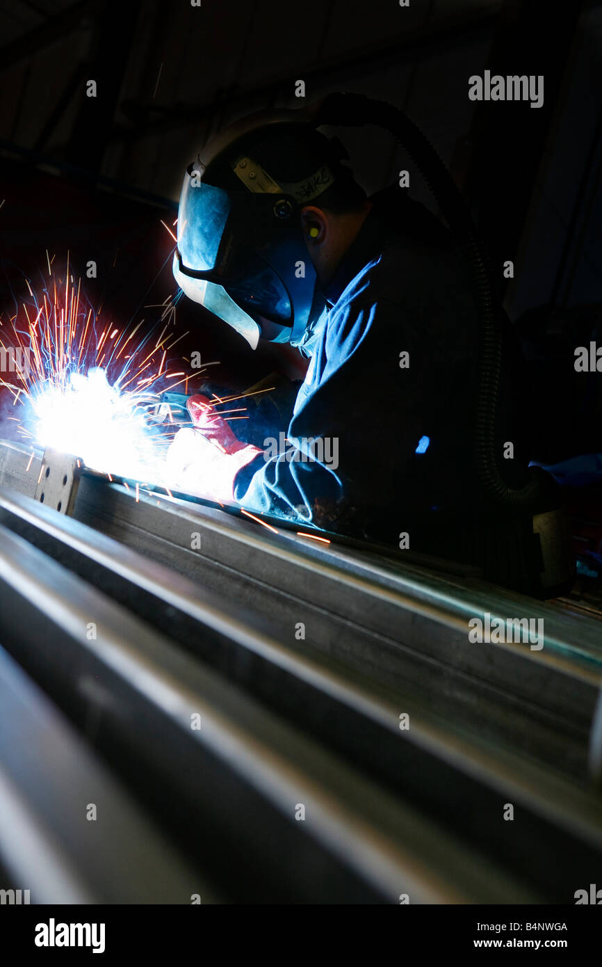 Soldadura a arco em metal na instalação industrial Imagens de Stock