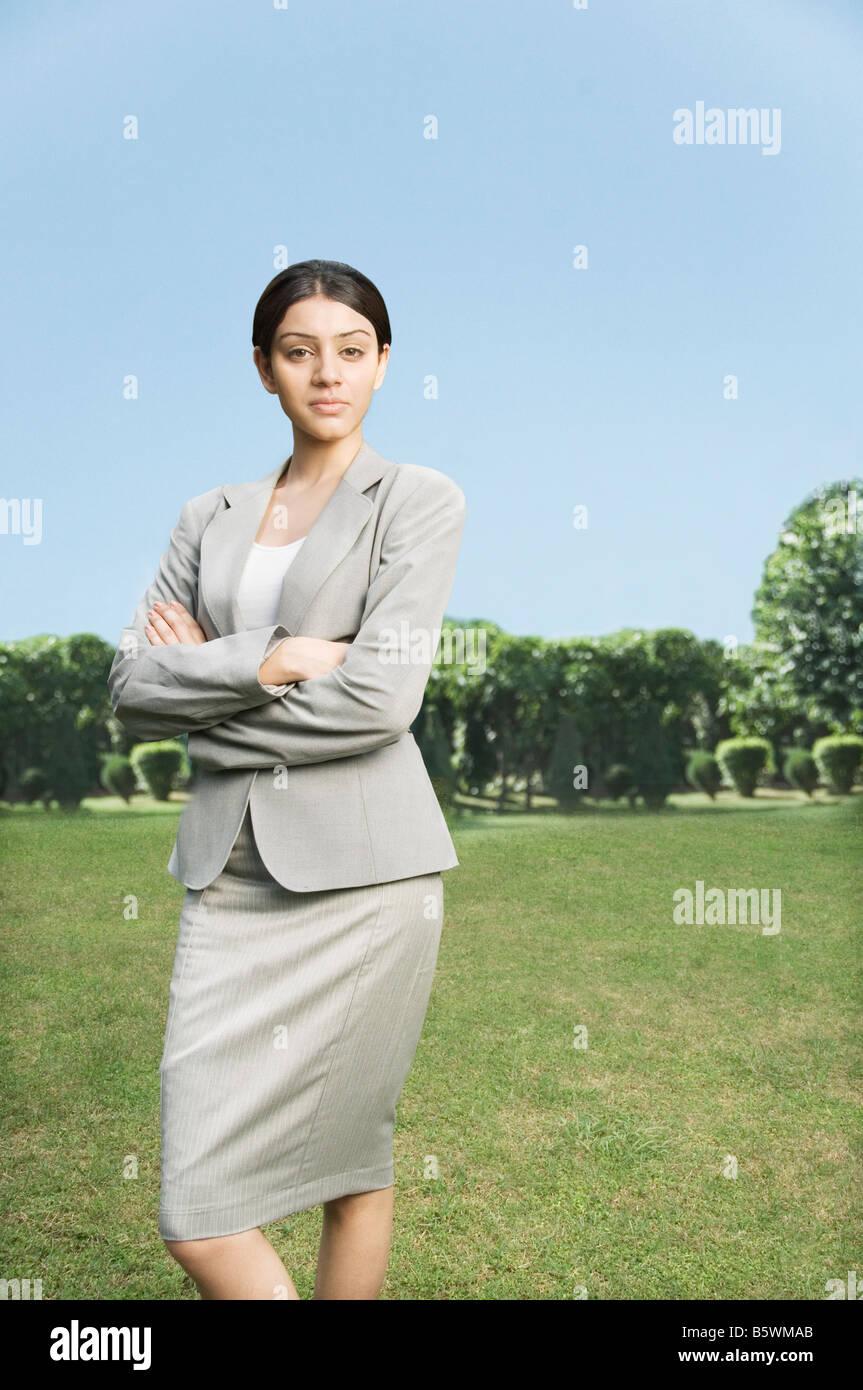 Empresária de pé com seus braços cruzados Imagens de Stock