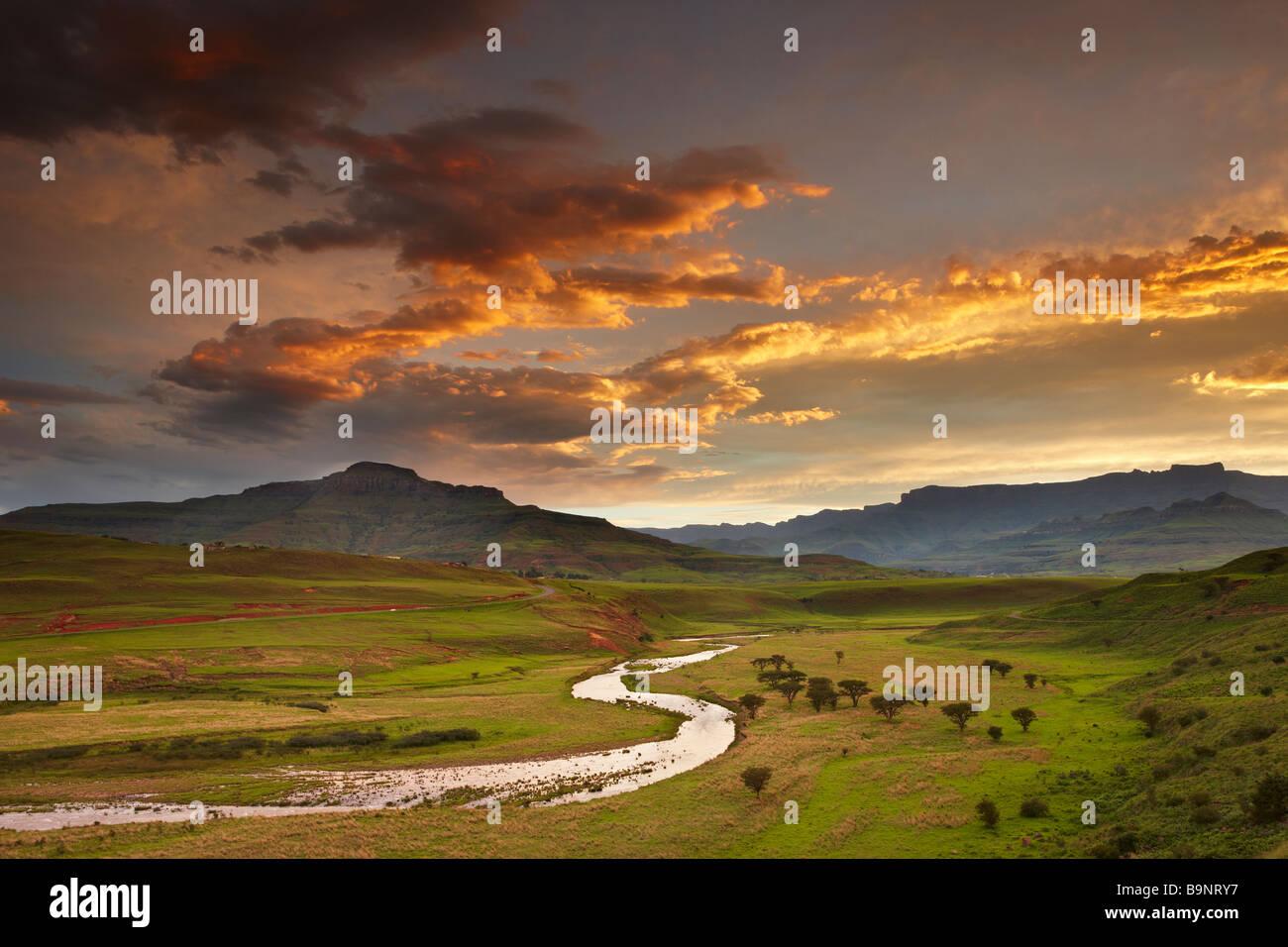 Crepúsculo céu Tugela Vale com o para além das montanhas de Drakensberg, KwaZulu Natal, África Imagens de Stock