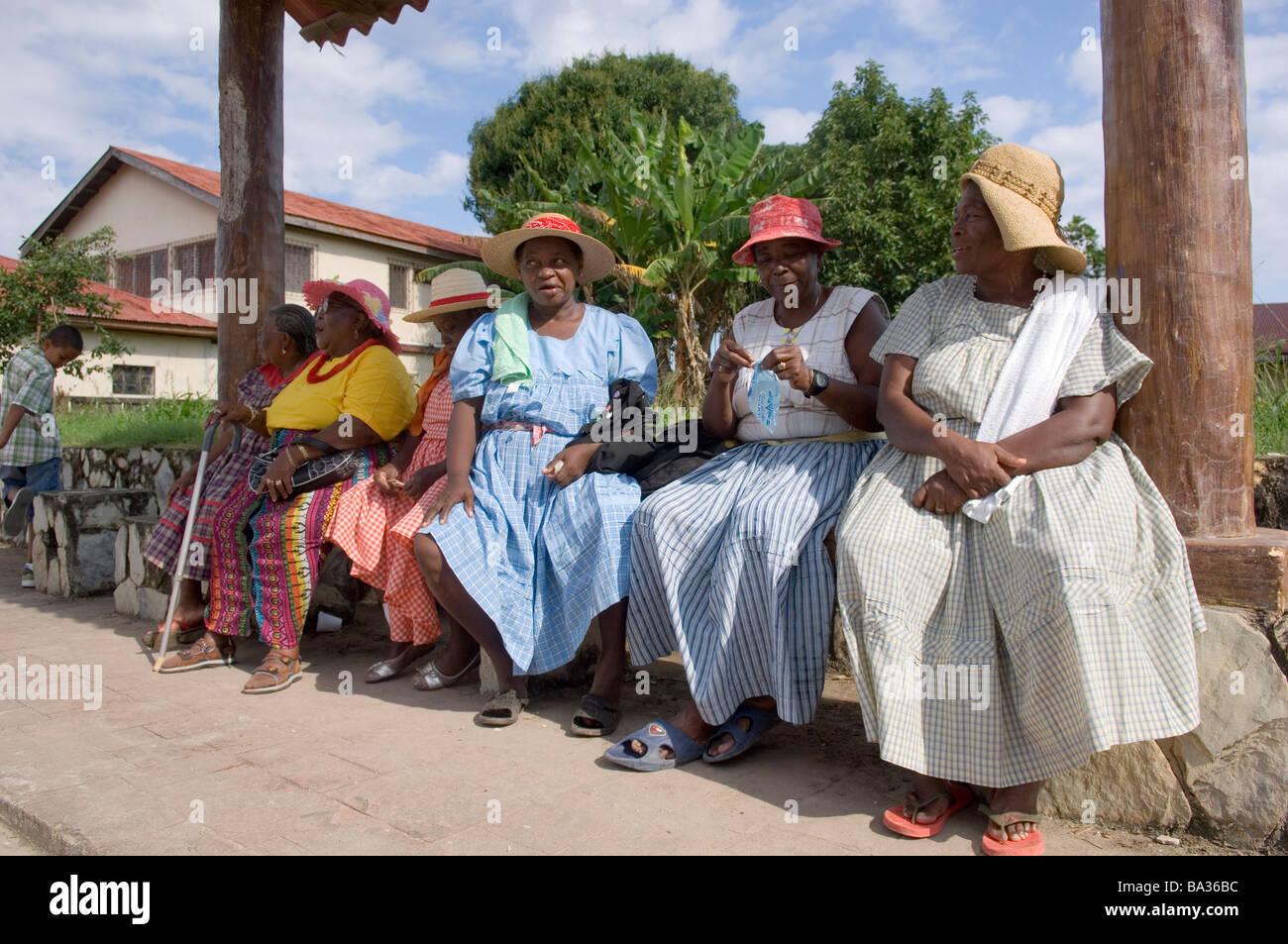 Garifuna Mulheres Sentadas Em Um Banco Durante O Festival Anual De Garifuna  Em Livingston, Guatemala.