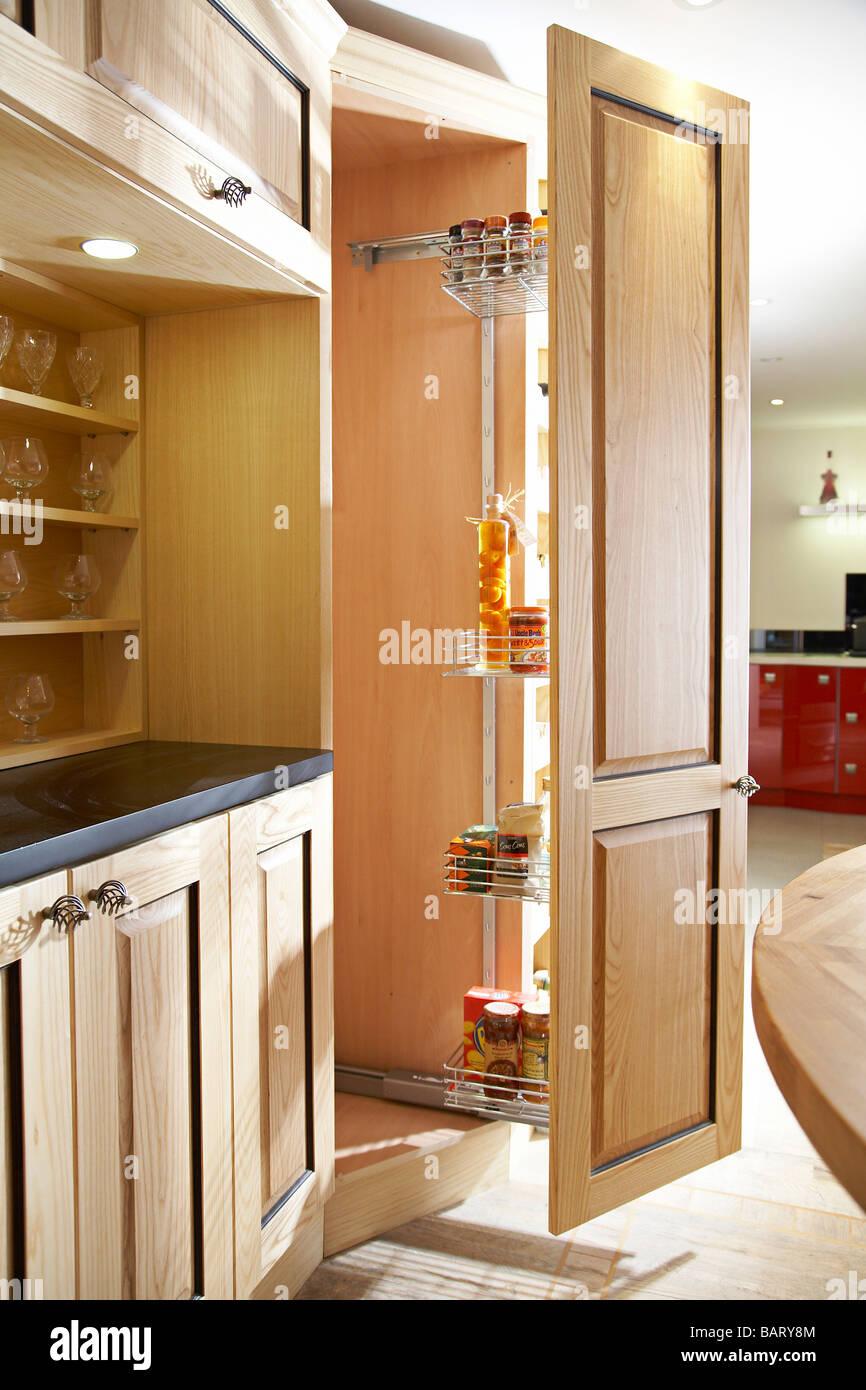 Uma Moderna Cozinha Com Despensa Porta Aberta Foto Imagem De Stock