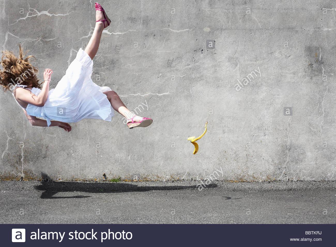 Menina escorregando sobre uma banana Imagens de Stock