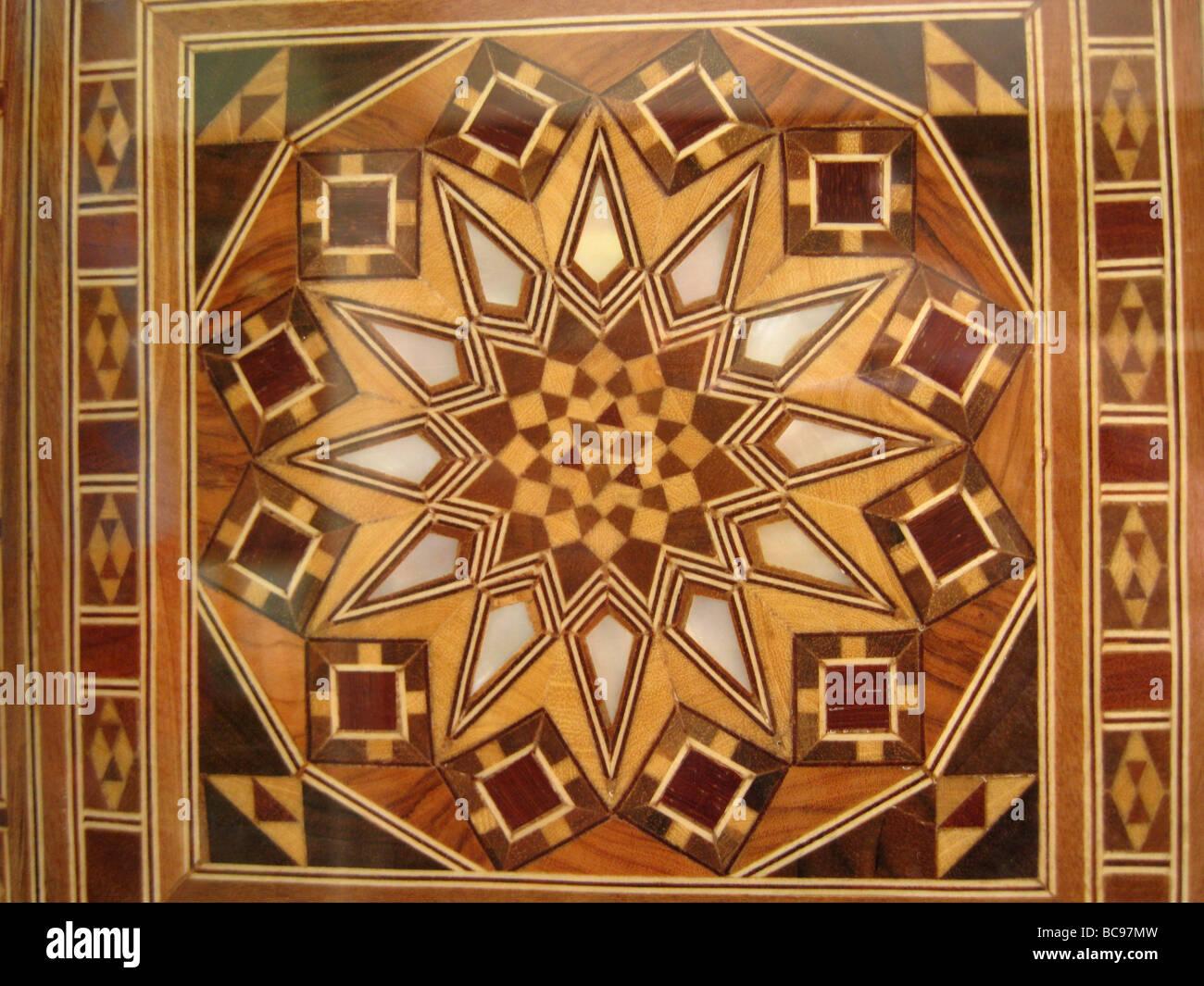 tampo de mosaico de madeira com base em desenhos em um dos mouros a