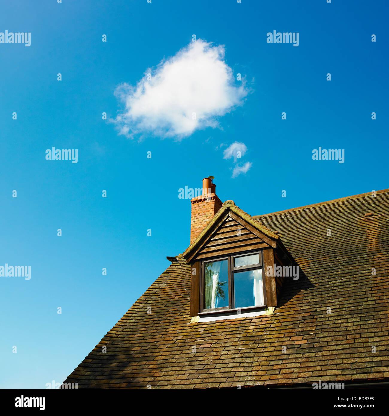 Casa com computação em nuvem e céu azul - computação em nuvem - home office. Imagens de Stock