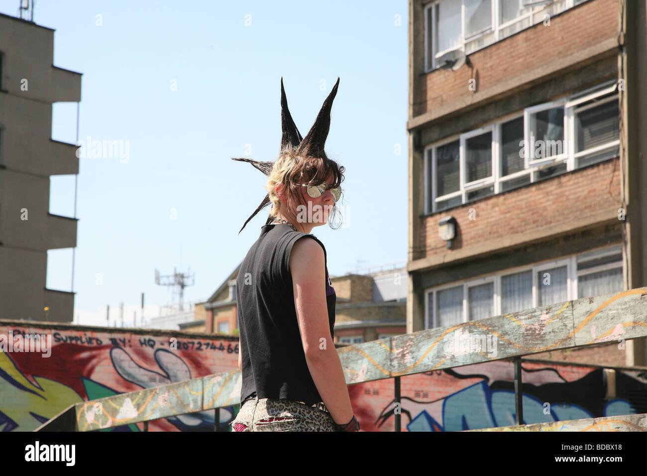 """Uma rapariga punk """"Rae Ray tumultos"""" com um grande Moicano, Shoreditch, Londres, Reino Unido .2009 Imagens de Stock"""