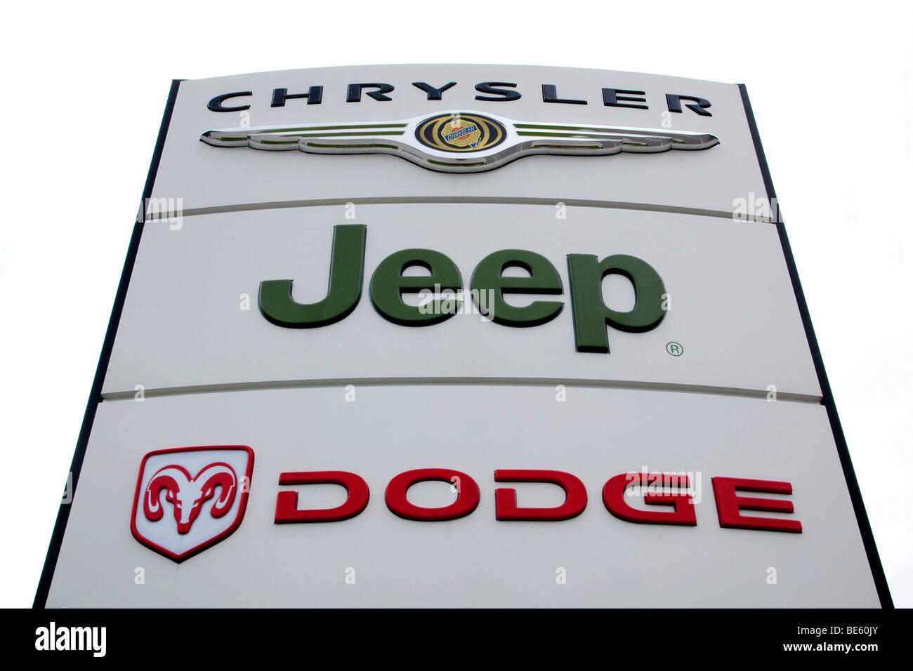 O Logotipo Da Marca De Carros Dodge, Jeep, Chrysler, Sobre Um Sinal Em Uma  Concessionária De Automóveis Em Estugarda, Baden Wuerttemberg, Alemanha,  Europa