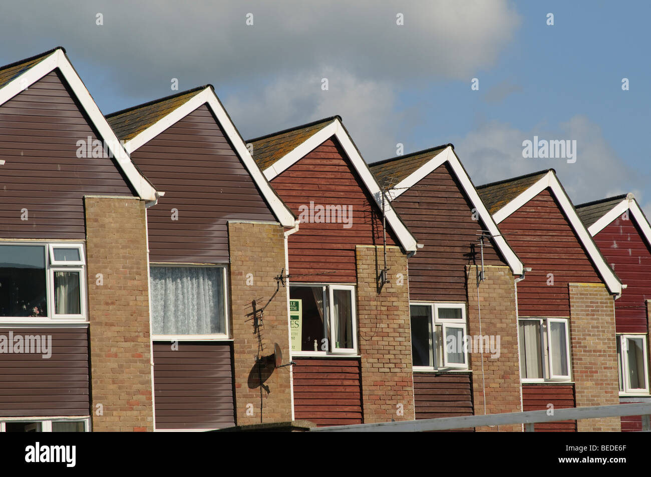 Fileira de casas idênticas construído na década de 1970 em Tywyn Gwynedd no norte do País de Imagens de Stock