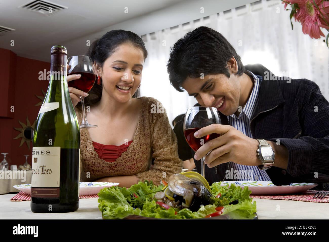 Casal de desfrutar de uma refeição Imagens de Stock