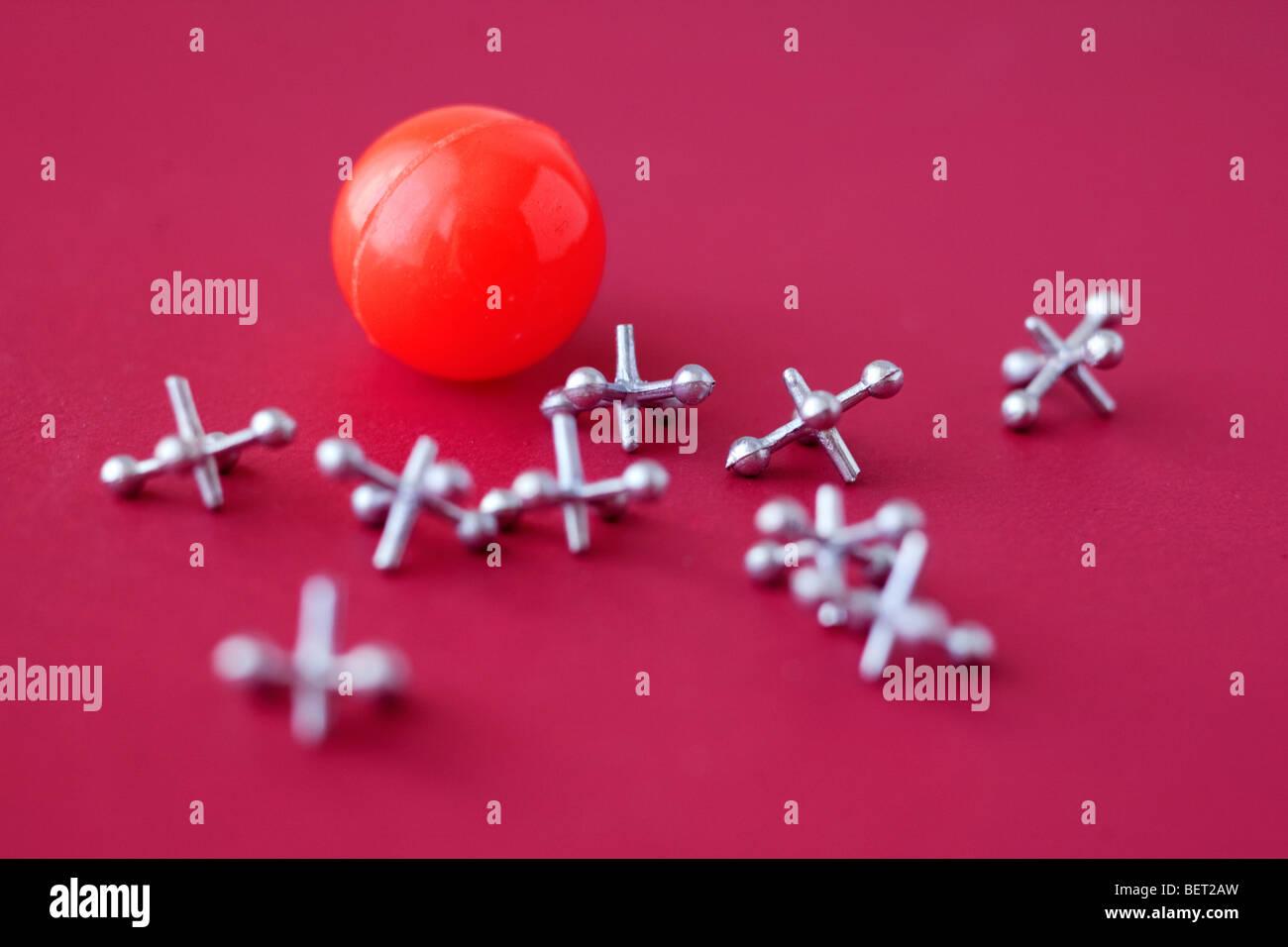 Jogo de macacos e esfera em vermelho Imagens de Stock