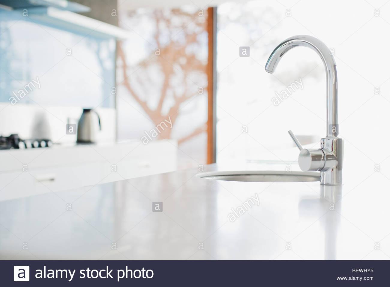 Feche A Torneira De Cozinha Moderna E Dissipador De Calor Foto