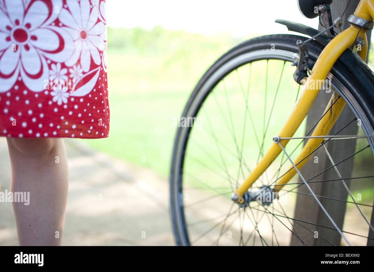 Mulher jovem com bicicleta Imagens de Stock
