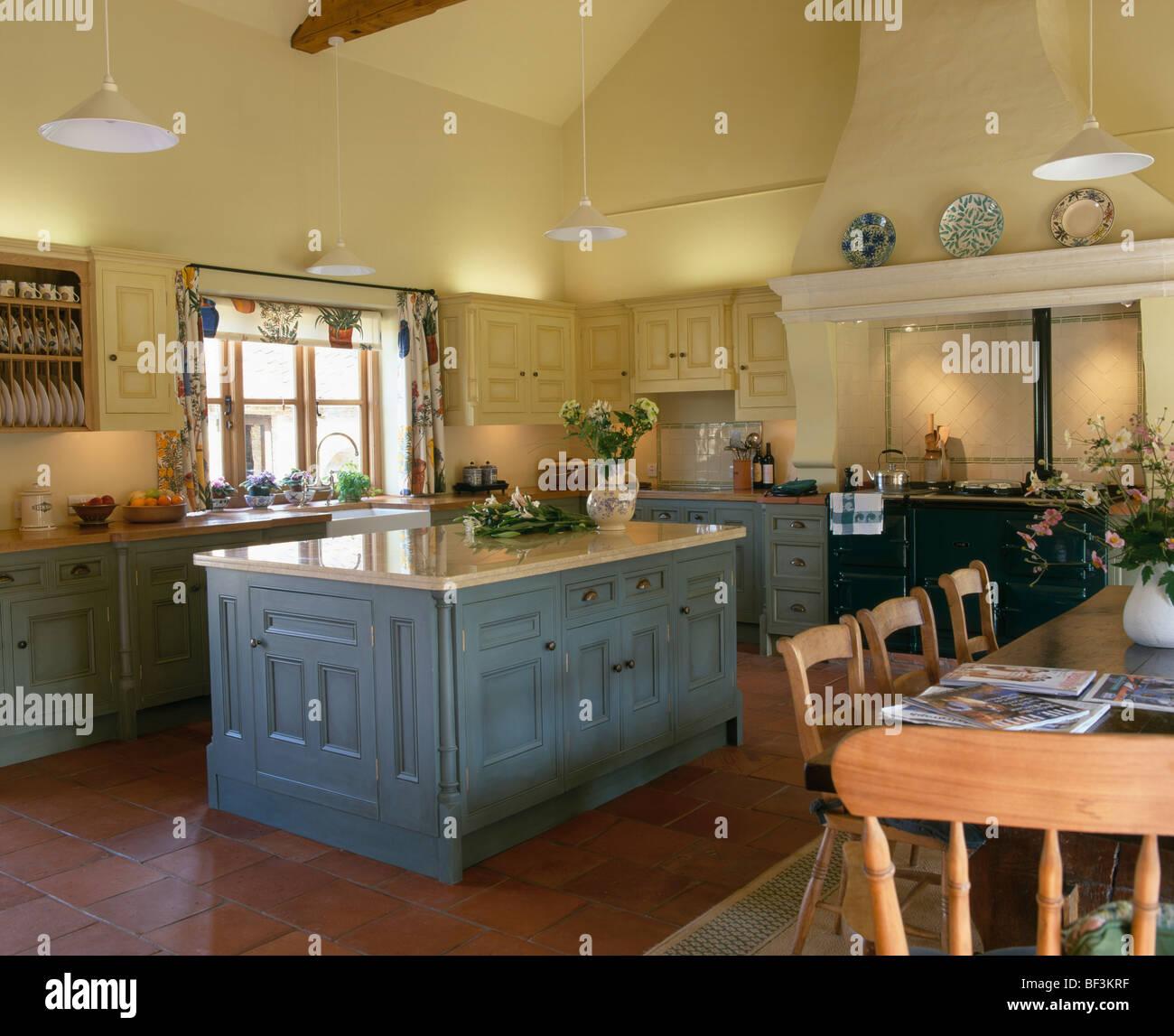 Unidade Ilha Azul Cinza No Pa S Amarela Tradicional Cozinha Com Mesa