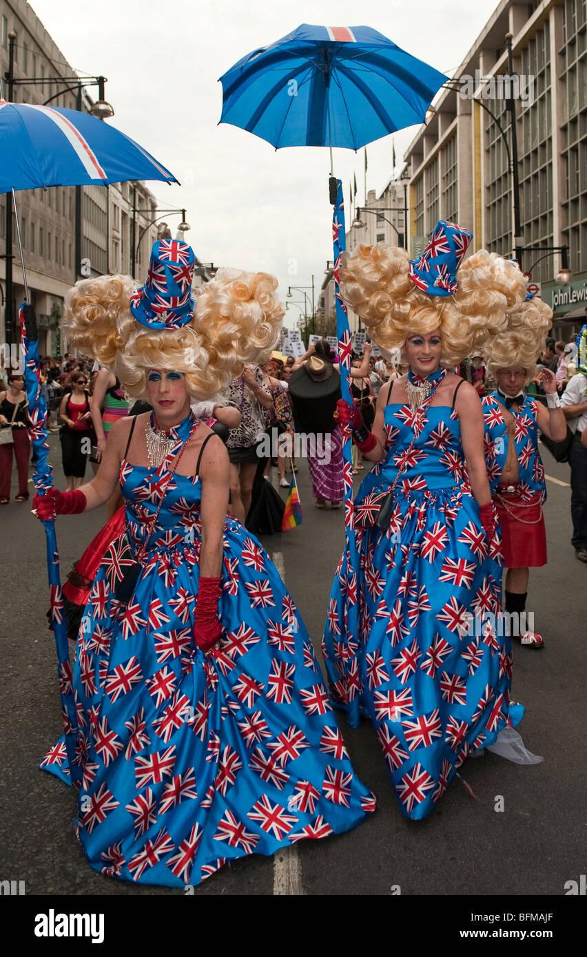 Homens vestidos como mulheres em trajes Union Jack no London Pride ...