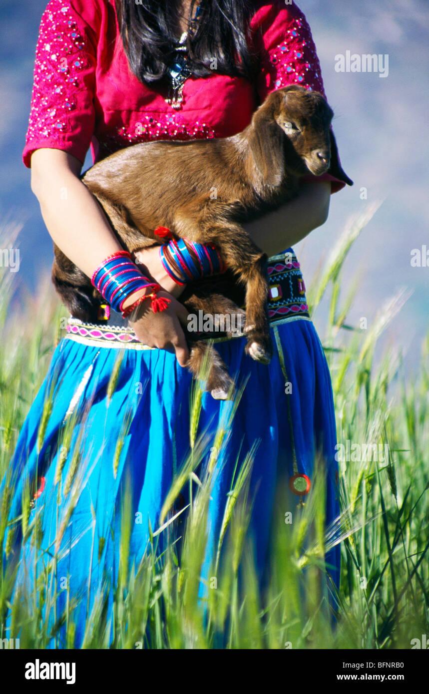 RSC 60431 : Menina Índia com cabra Bisoi ; passeio Uttaranchal e ; Índia Imagens de Stock