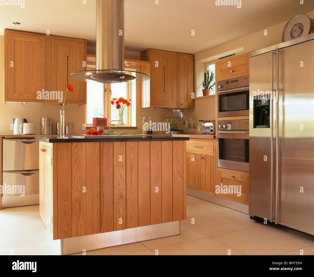 Acima Da Unidade De Ilha Do Extrator Na Cozinha Moderna Equipada Com