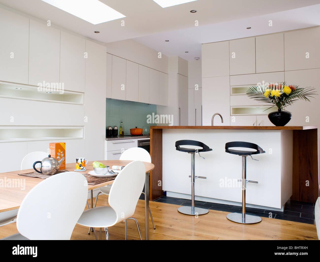 Fezes No Bar De Pequeno Almo O No Grande Cozinha Moderna Em Branco