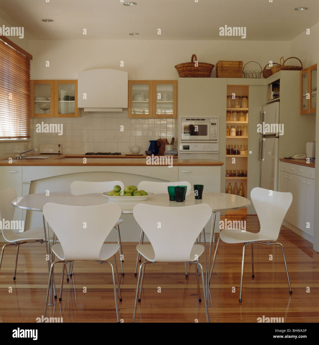 Branco Arne Jacobsen Ant Cadeiras Na Tabela Na Rea De Jantar Da