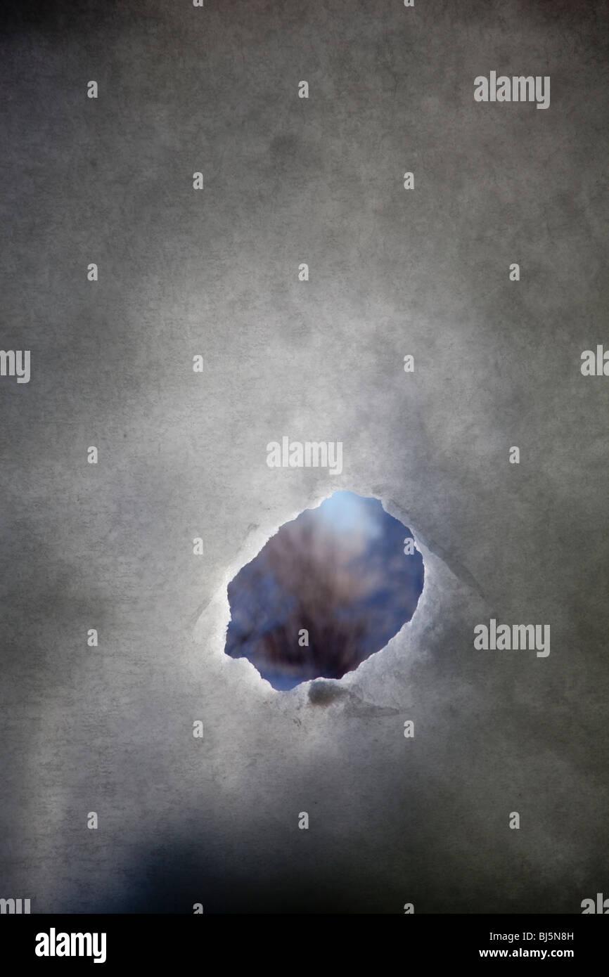 Peep pequeno orifício na parede de neve Imagens de Stock