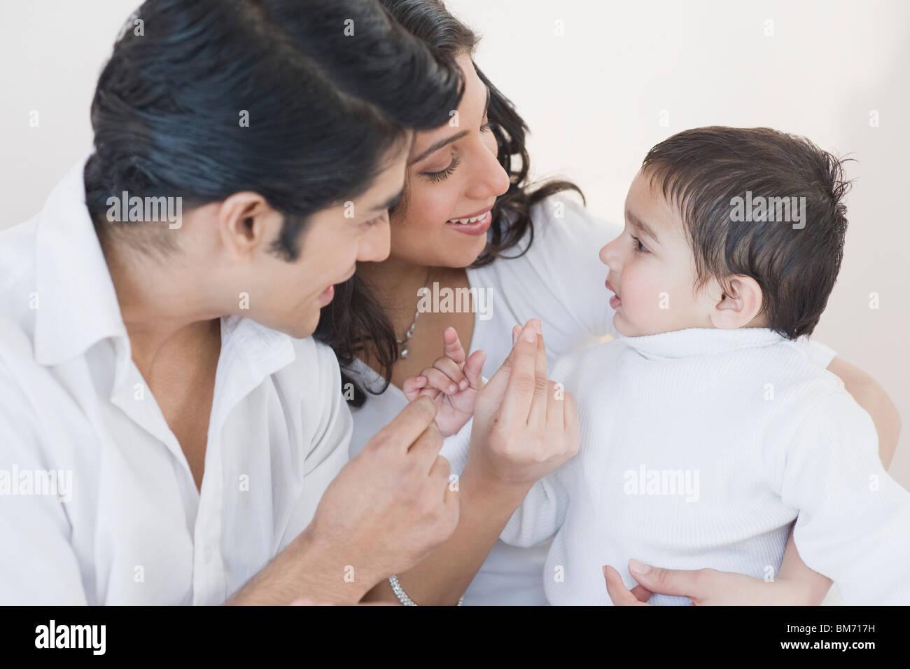 Os pais a brincar com o seu filho Imagens de Stock