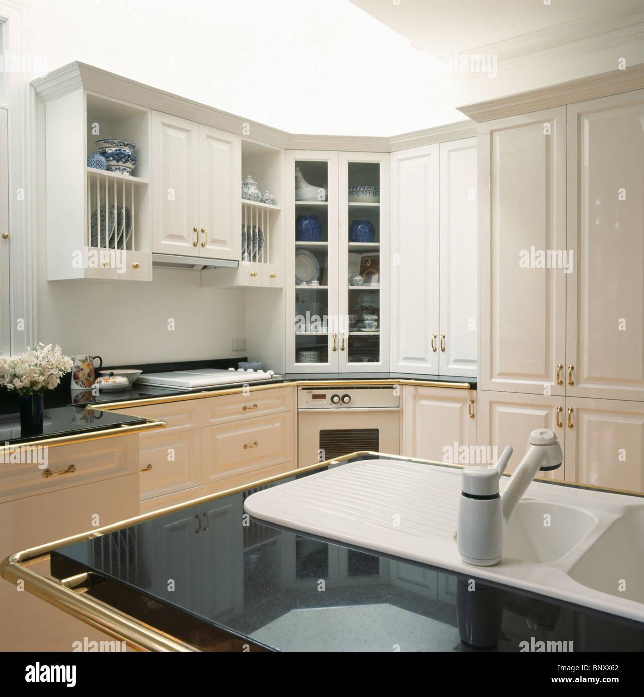 Dissipador De Corian Branco Na Bancada Em Granito Preto Na Cozinha