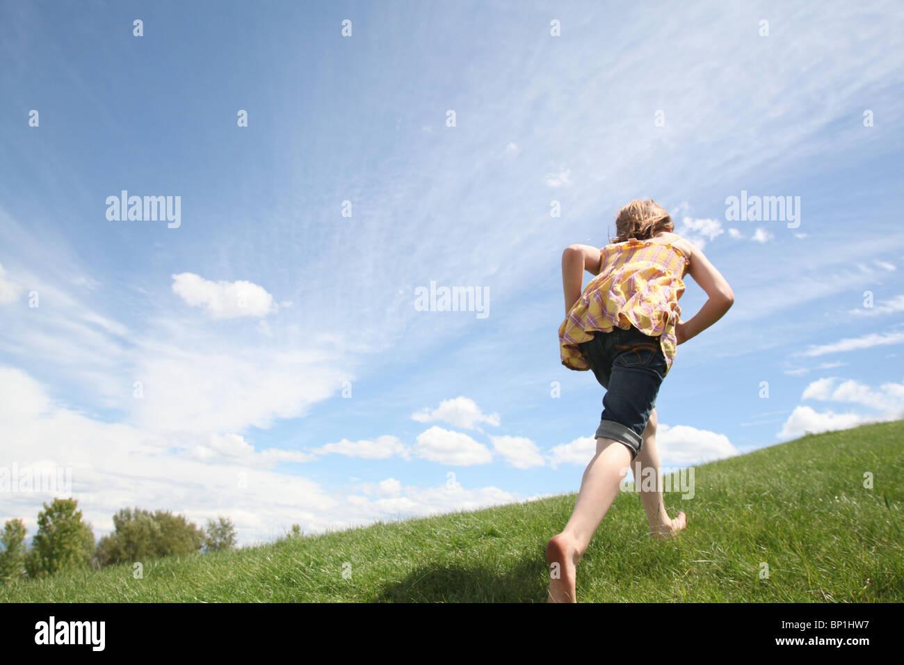 Jovem trabalhar até a erva verde hill Imagens de Stock