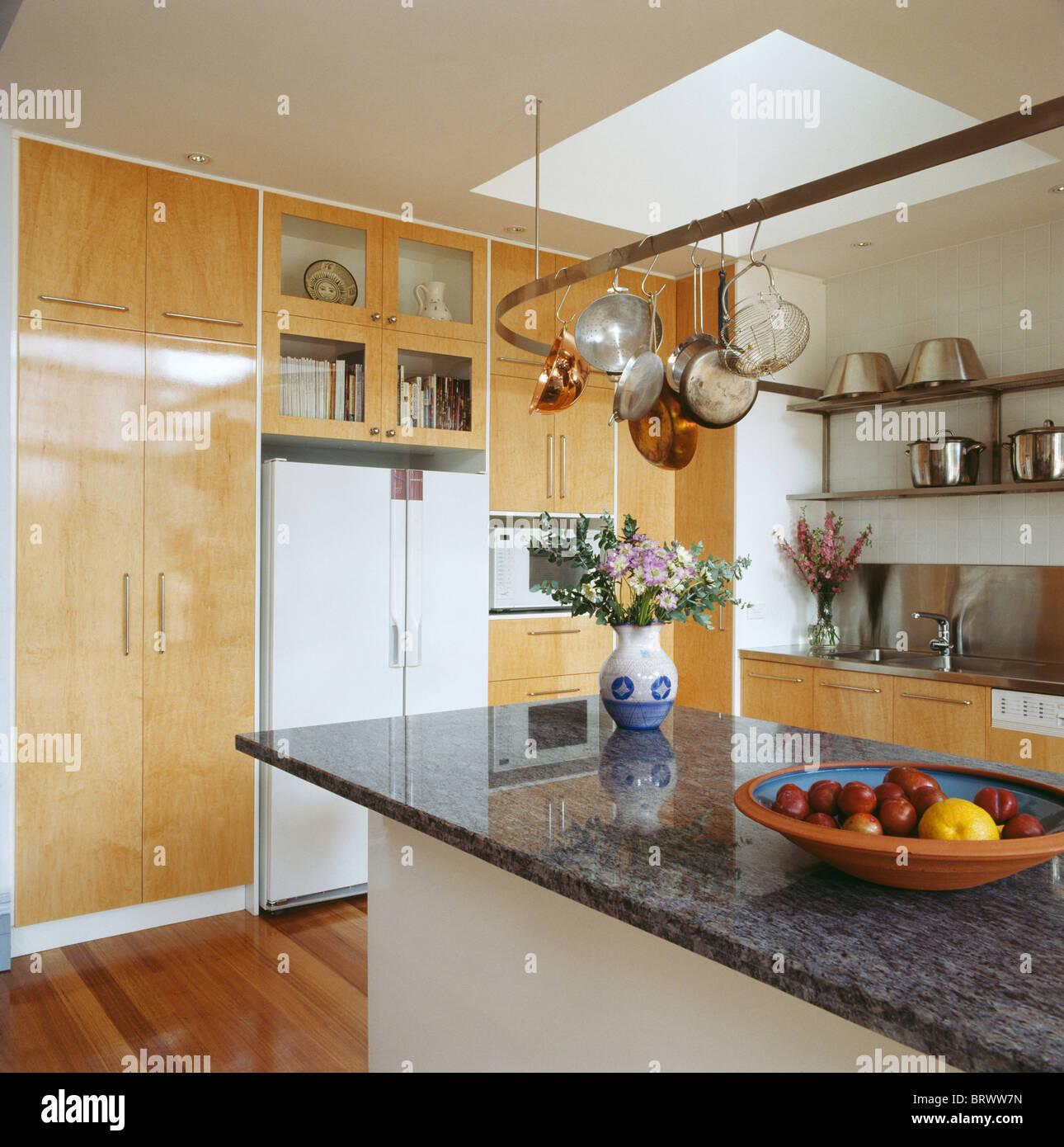 Bancada De Granito Preto Na Ilha Unidade Na Cozinha Moderna Com