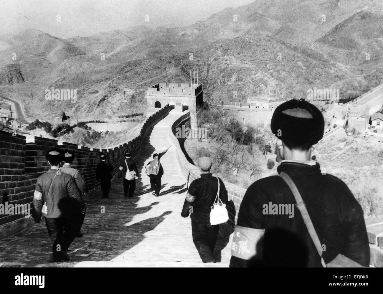 Membros da Mao Tse-tung guarda vermelha da pausa no grande muro no seu caminho para Pequim a partir de áreas rurais,Foto de Stock
