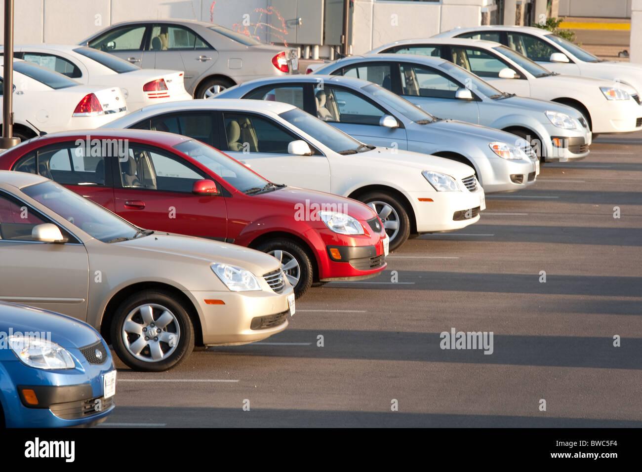 Novos Carros, Mesmo Modelo Em Cores Diferentes, Em Chevrolet Lote Do  Concessionário Em San Angelo, Texas