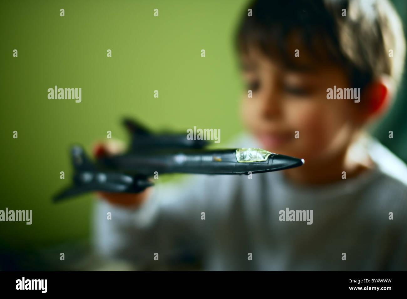 Rapaz com avião espião Blackbird brinquedo Imagens de Stock