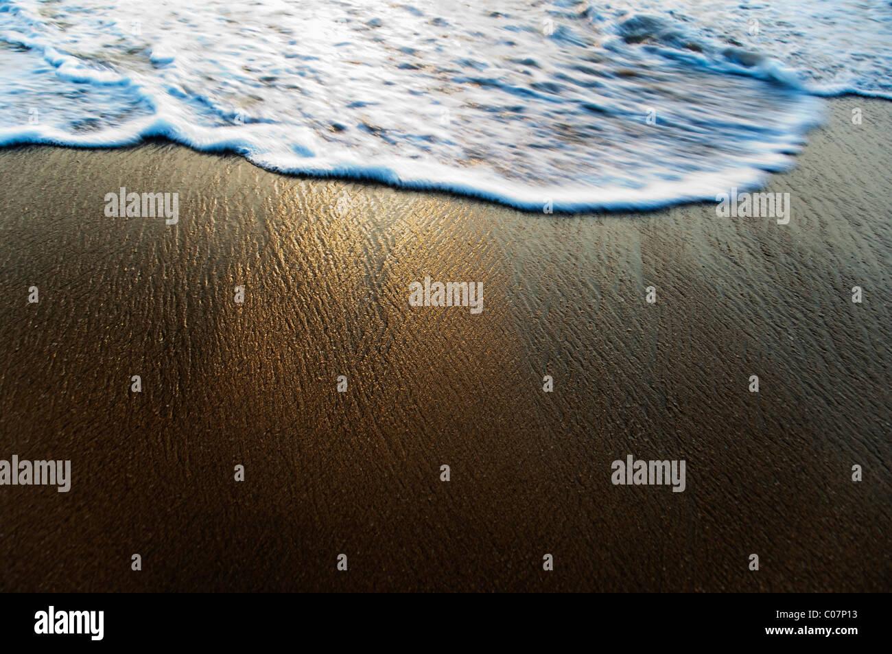 Grande ângulo de vista do surf na praia, Goa, na Índia Imagens de Stock