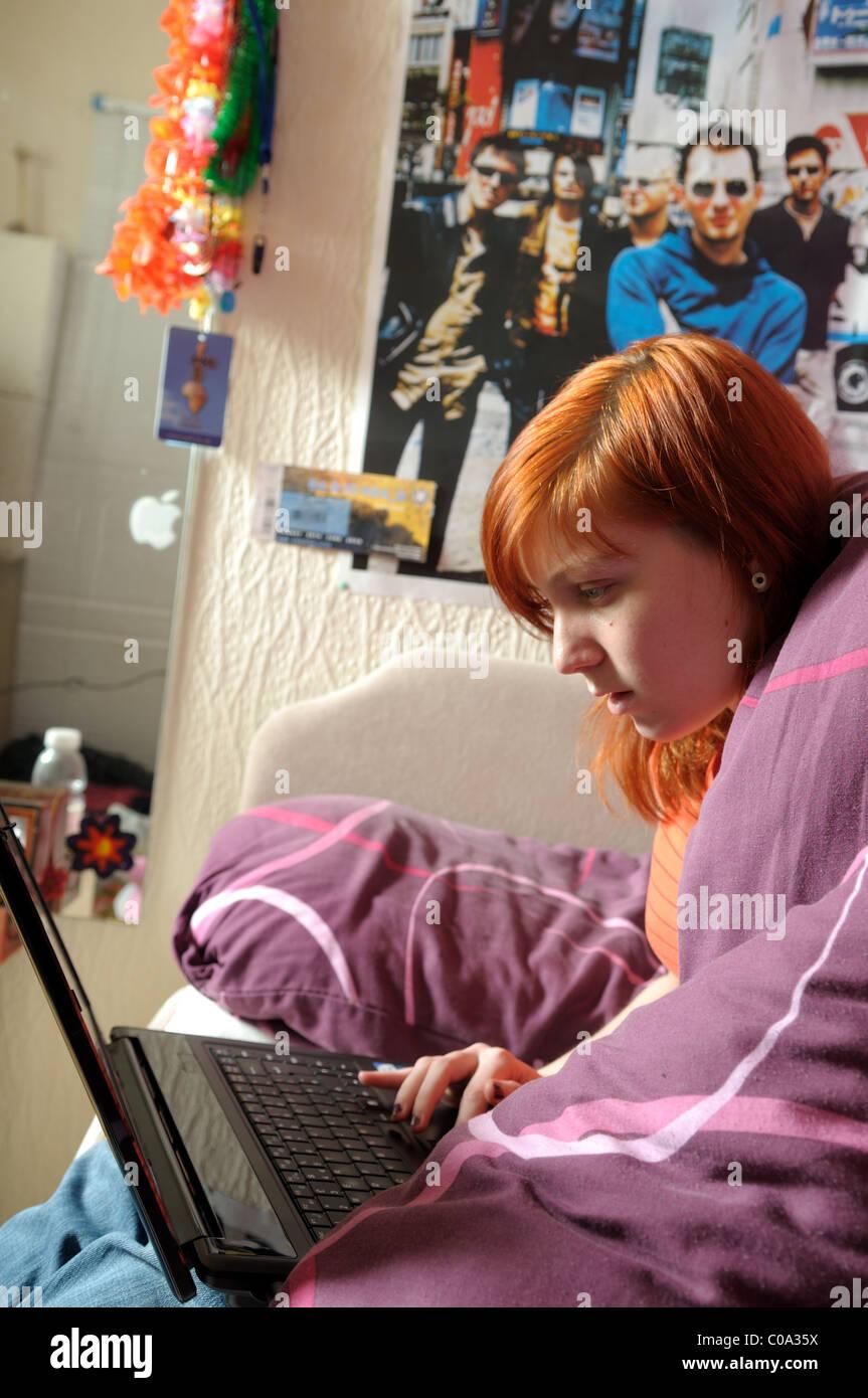 As mulheres jovens laptop no quarto. Imagens de Stock