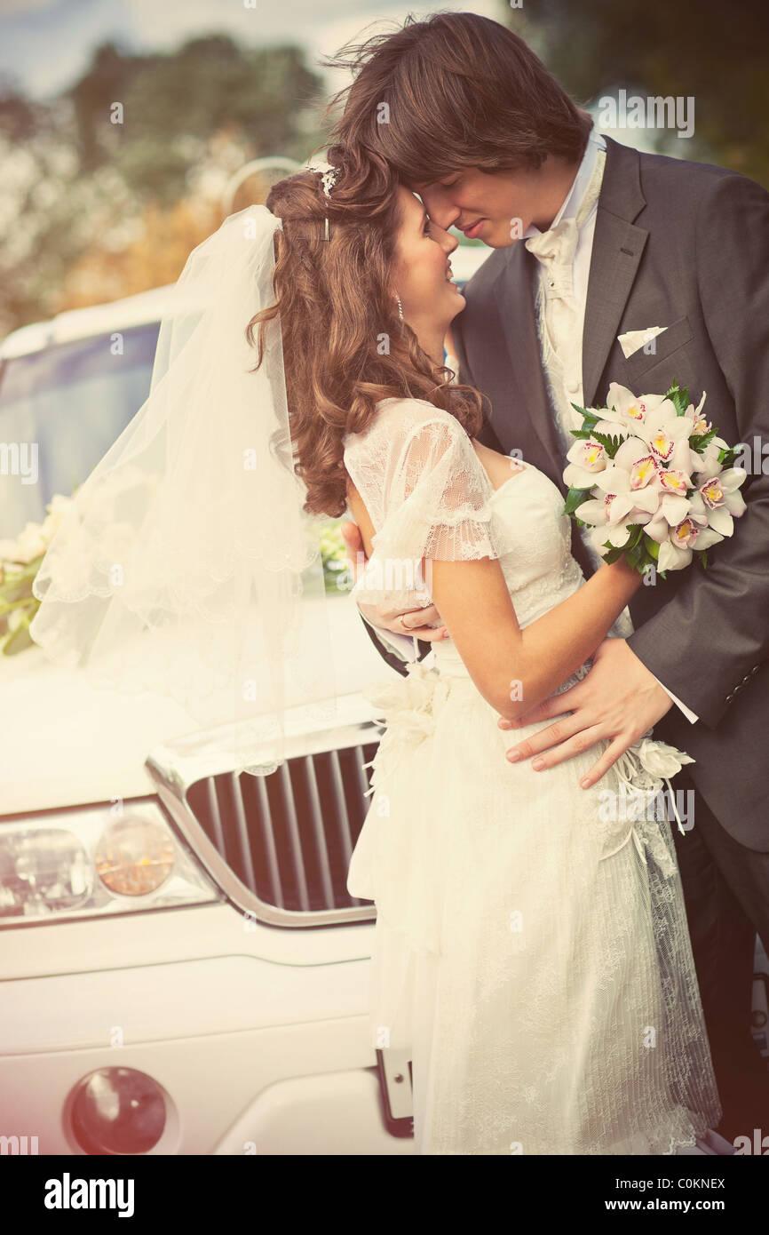 Jovem casal casamento retrato. Estilo Retro cores. Imagens de Stock
