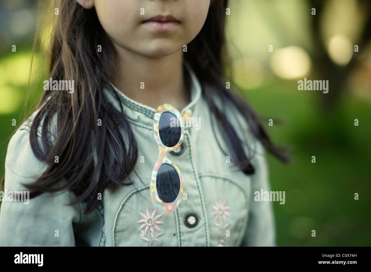 Rapariga no casaco de brim com óculos Imagens de Stock