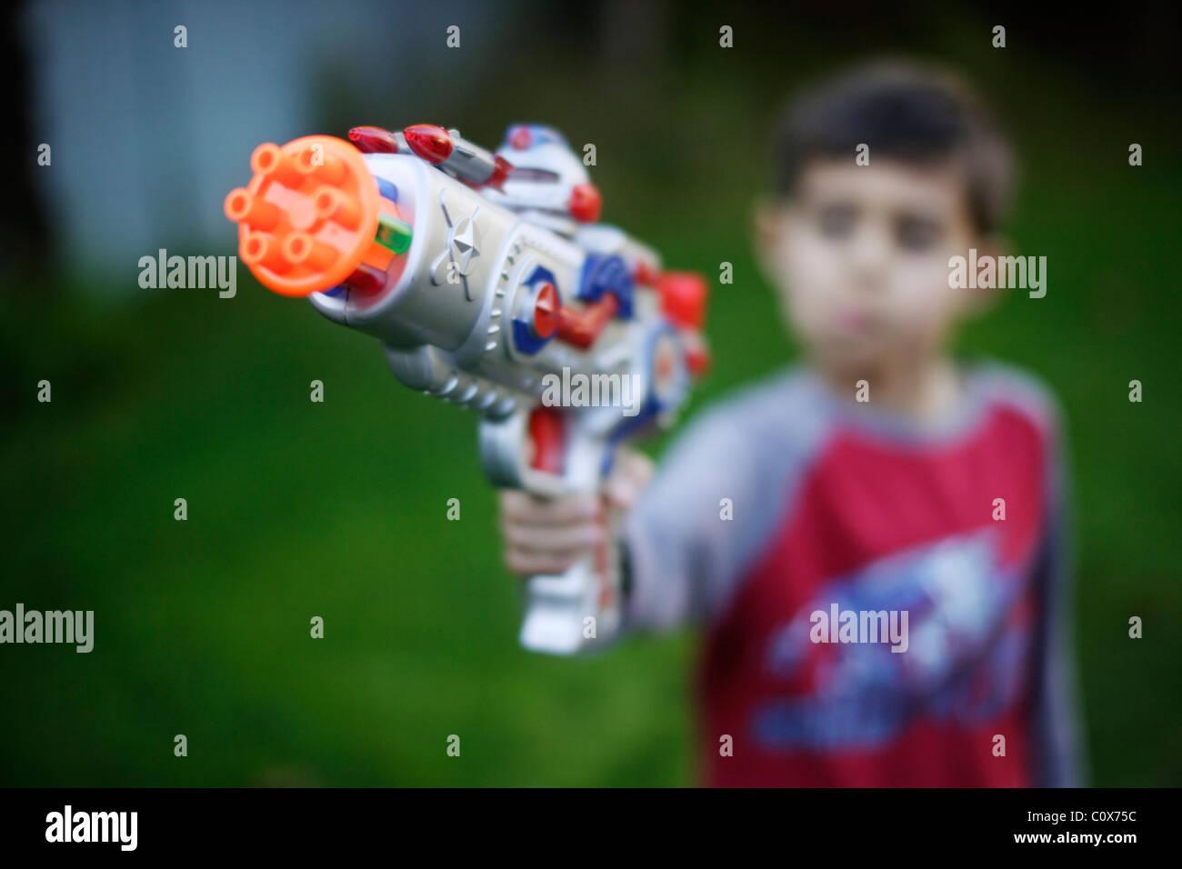 Menino com raygun Imagens de Stock