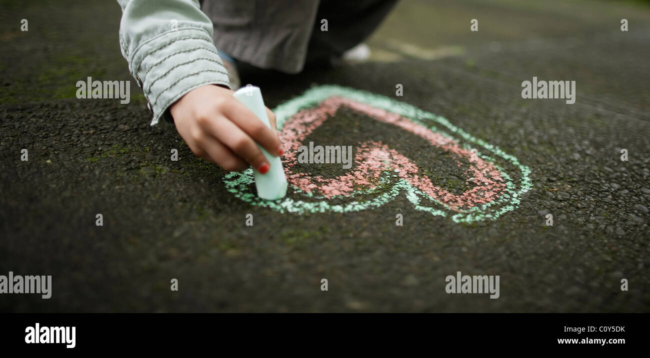 Desenho menina chalk coração no solo Imagens de Stock