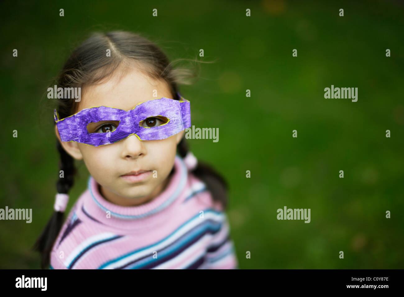 Menina com seu óculos de papelão que ela fez na escola Imagens de Stock