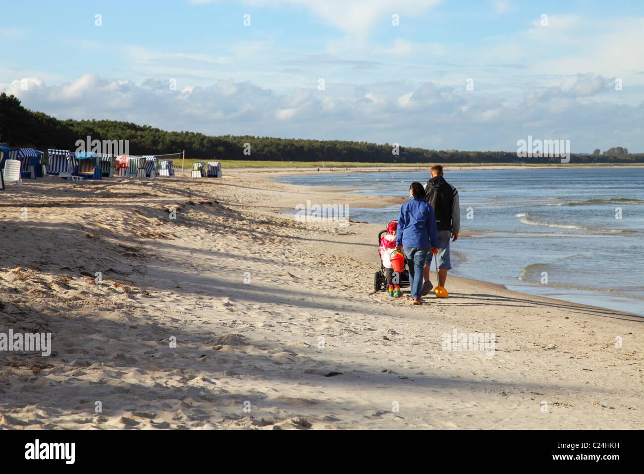 Família jovem na praia em Thiessow Imagens de Stock