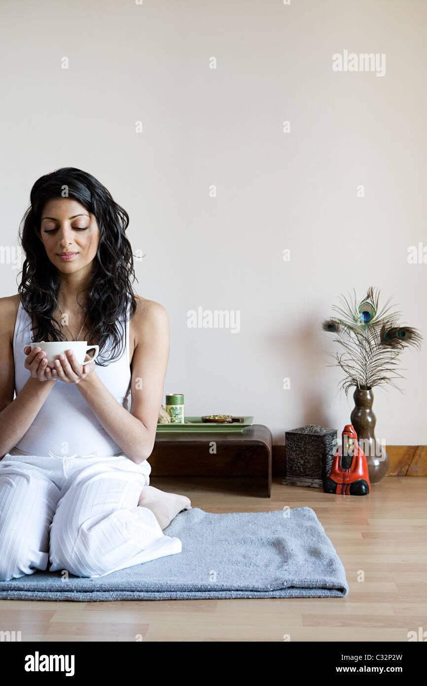 As mulheres beber chá de ervas Imagens de Stock