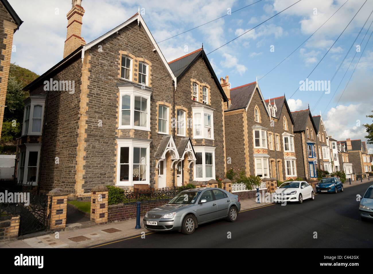 Uma linha de construídos solidamente 1930 casas de cidade geminada em Aberystwyth, Ceredigion, Gales REINO Imagens de Stock
