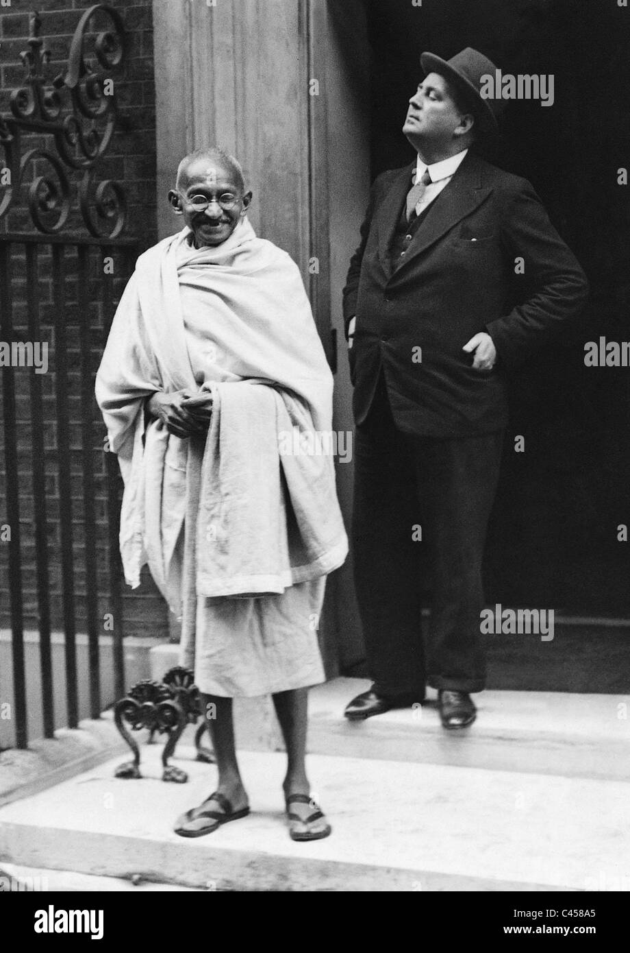 Mahatma Gandhi na frente de 10 Downing Street, 1931 Imagens de Stock