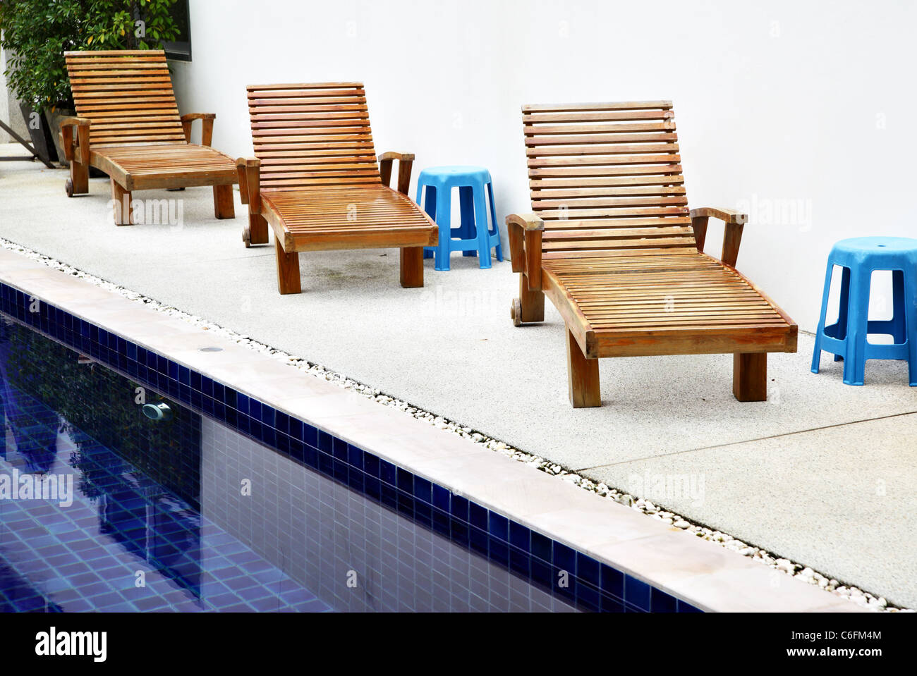 Chaise Longues perto da piscina no resort tropical Foto, Imagem de on