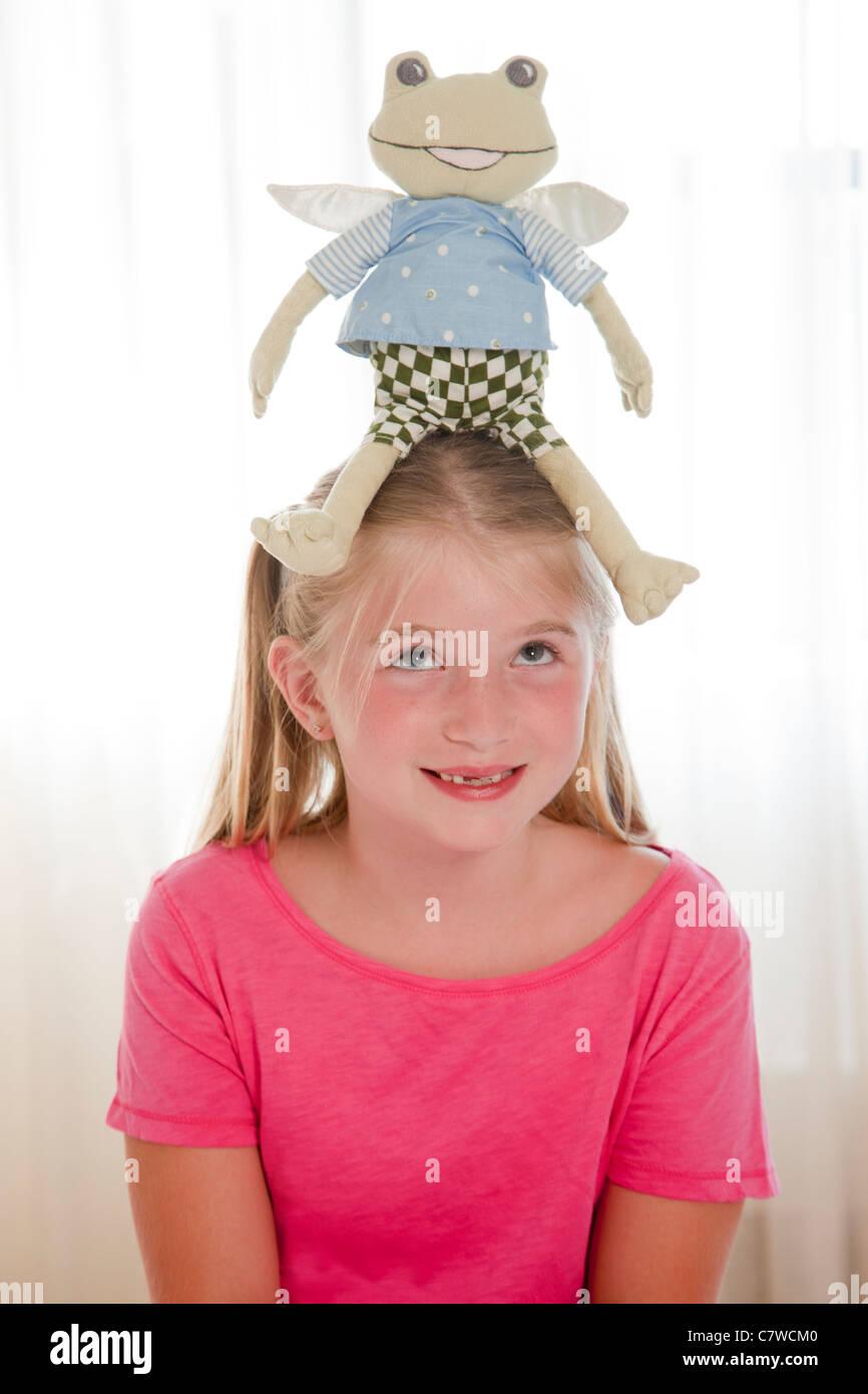 Jovem com brinquedos frog no cabeçote Imagens de Stock