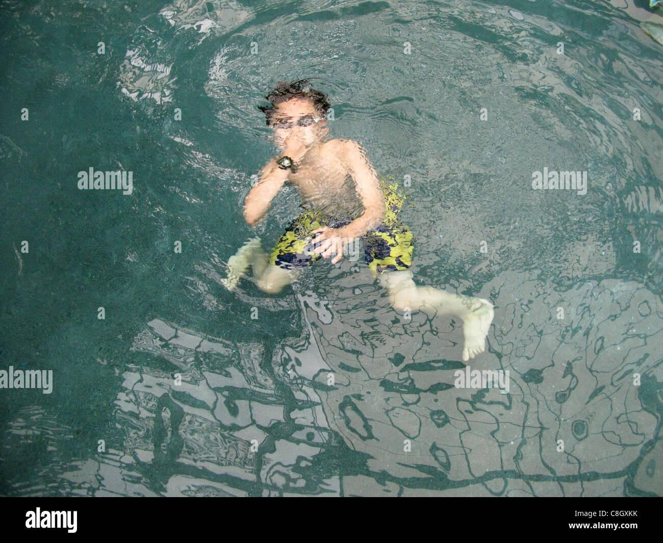 Um rapaz nadar debaixo de água Imagens de Stock