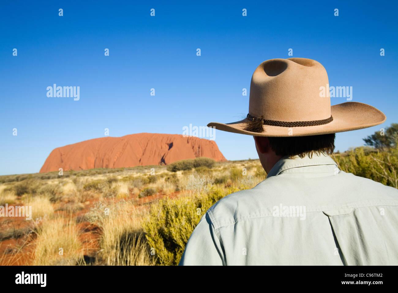 Guia outback olhando para o Uluru (Ayers rock). Uluru-Kata Tjuta National Park, Território do Norte, Austrália Imagens de Stock